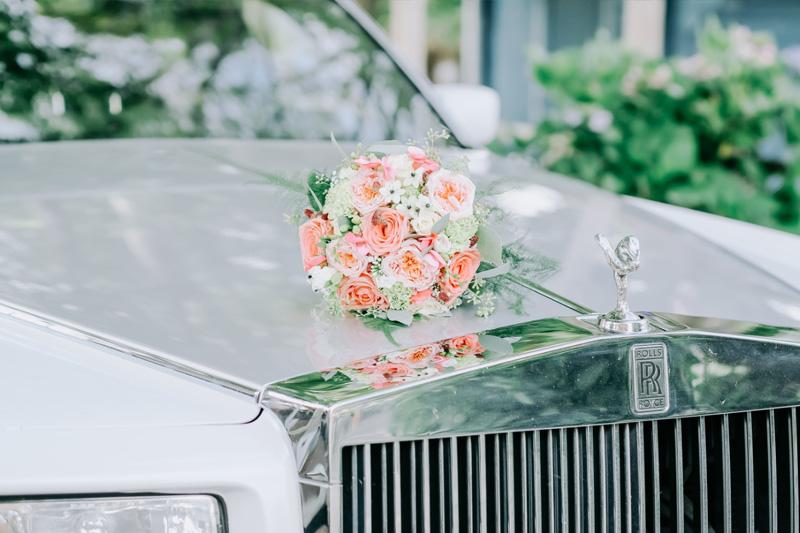 bruidsboeket op auto