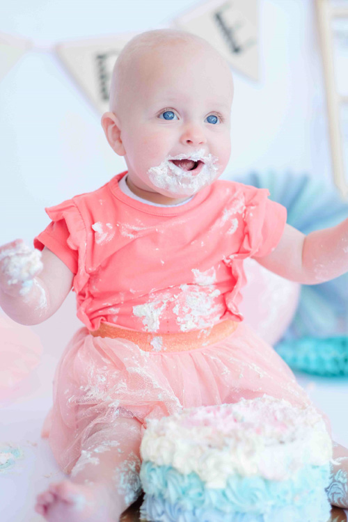 cakesmash dochter met blauwe taart
