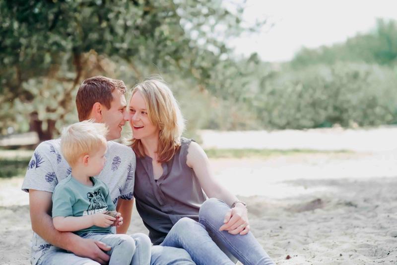 gezin buiten zand