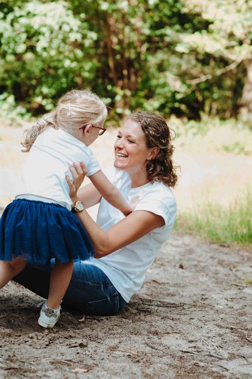 moeder dochter knuffelen grond