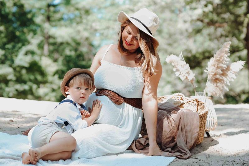 moeder zoon en ongeboren baby