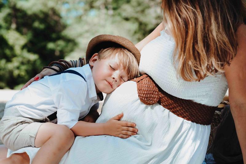 zoontje luistert naar baby in mama's buik