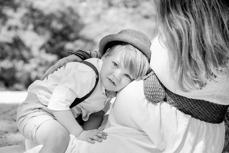zoontje op buik moeder