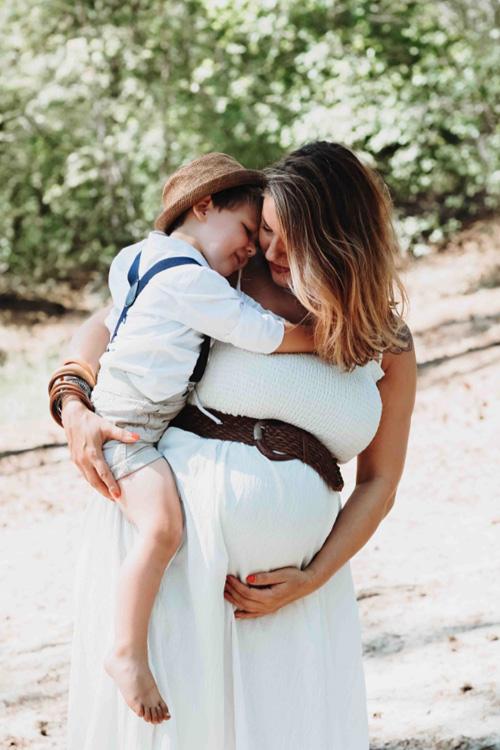 zwangere vrouw met zoontje